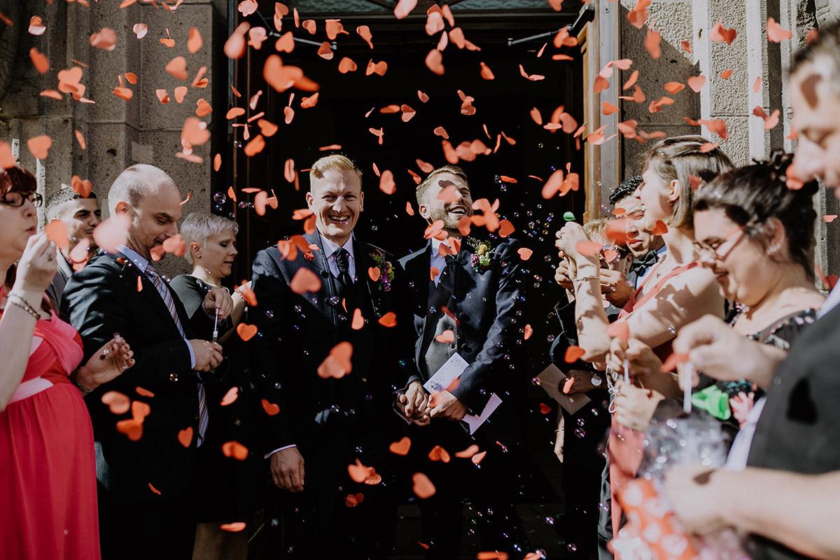 emotionaler Auszug Hochzeitspaar schwule Hochzeit - Old Smithy's Dizzle Alte Schmiede Berlin Hochzeitsfotograf © www.hochzeitslicht.de
