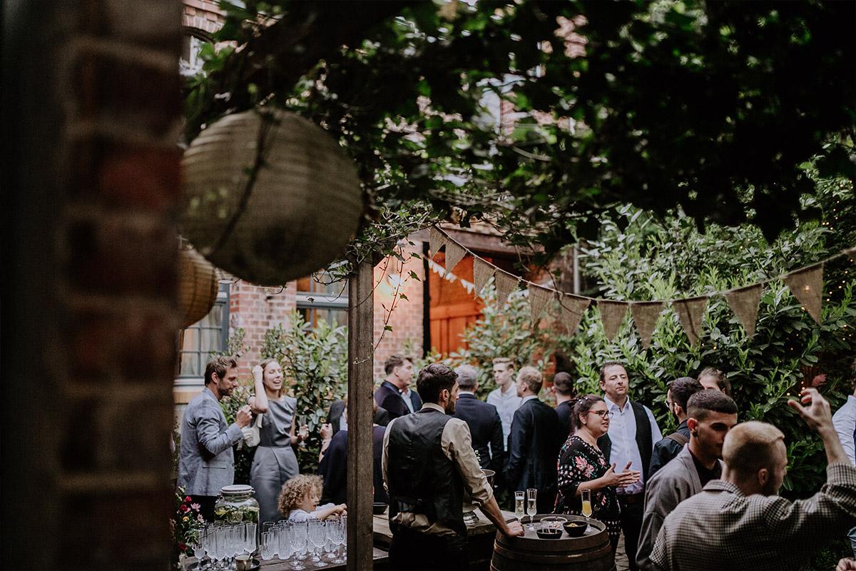Sektempfang urbane Berlinhochzeit - Old Smithy's Dizzle Alte Schmiede Berlin Hochzeitsfotograf © www.hochzeitslicht.de