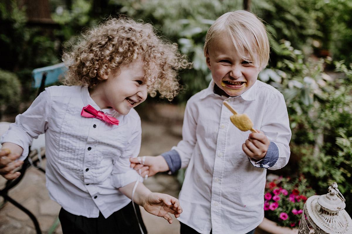 ungestelltes Hochzeitsfoto Kinder bei Berlin Hochzeit - Old Smithy's Dizzle Alte Schmiede Berlin Hochzeitsfotograf © www.hochzeitslicht.de