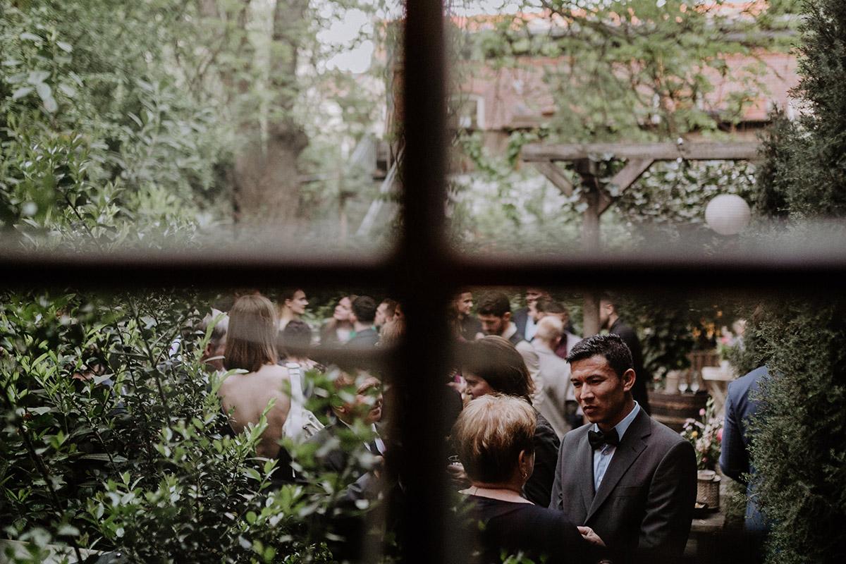 künstlerisches Hochzeitsfoto urbane Berlin Hochzeit Friedrichshain - Old Smithy's Dizzle Alte Schmiede Berlin Hochzeitsfotograf © www.hochzeitslicht.de
