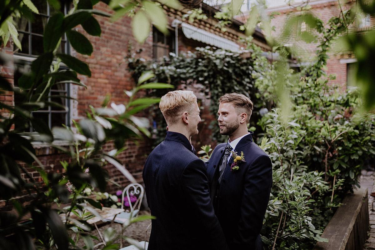 Hochzeitsfotografie Bräutigame gleichgeschlechtliche Hochzeit - Old Smithy's Dizzle Alte Schmiede Berlin Hochzeitsfotograf © www.hochzeitslicht.de