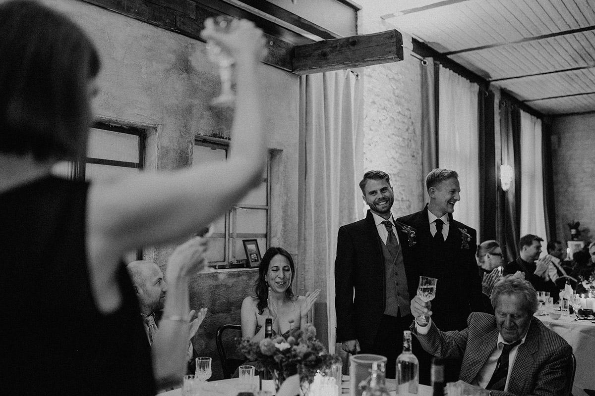 Hochzeitsreportage entspannte Hochzeitsfeier - Old Smithy's Dizzle Alte Schmiede Berlin Hochzeitsfotograf © www.hochzeitslicht.de