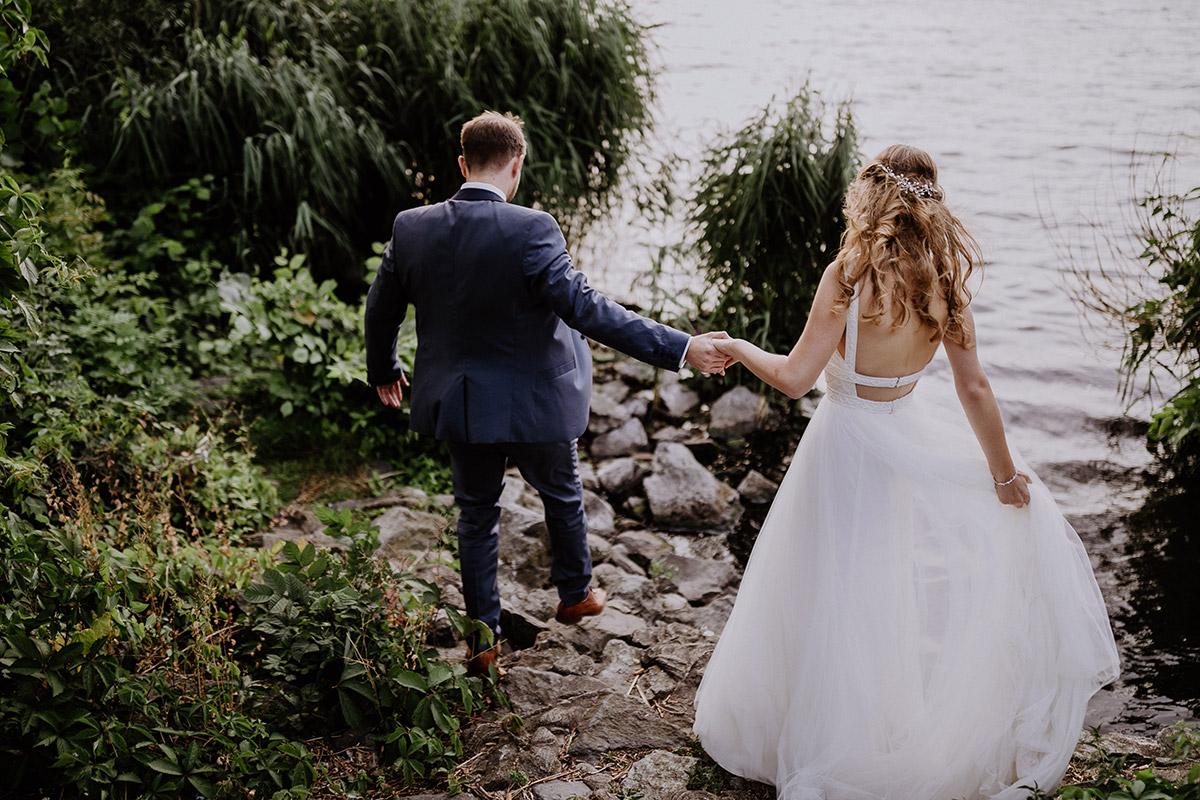 Hochzeitsfoto Brautpaar am See - Schloss Friedrichsfelde Hochzeitsfotograf © www.hochzeitslicht.de