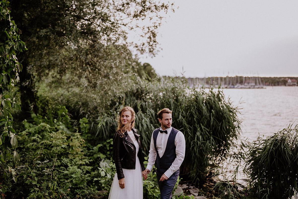 Hochzeitsfoto am See Braut in Lederjacke - Schloss Friedrichsfelde Hochzeitsfotograf © www.hochzeitslicht.de