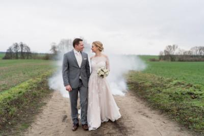Hochzeitsfoto Brautpaar Winterhochzeit Nebel Rauchbombe - Winterhochzeit Hochzeitsfotograf Brandenburg © www.hochzeitslicht.de