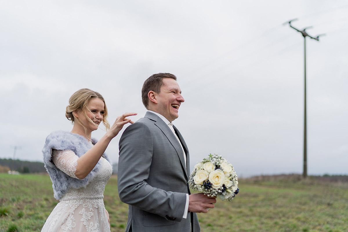 Heiraten im Winter Hochzeitskleid Braut mit Pelz bei First Look - Winterhochzeit Hochzeitsfotograf Brandenburg © www.hochzeitslicht.de