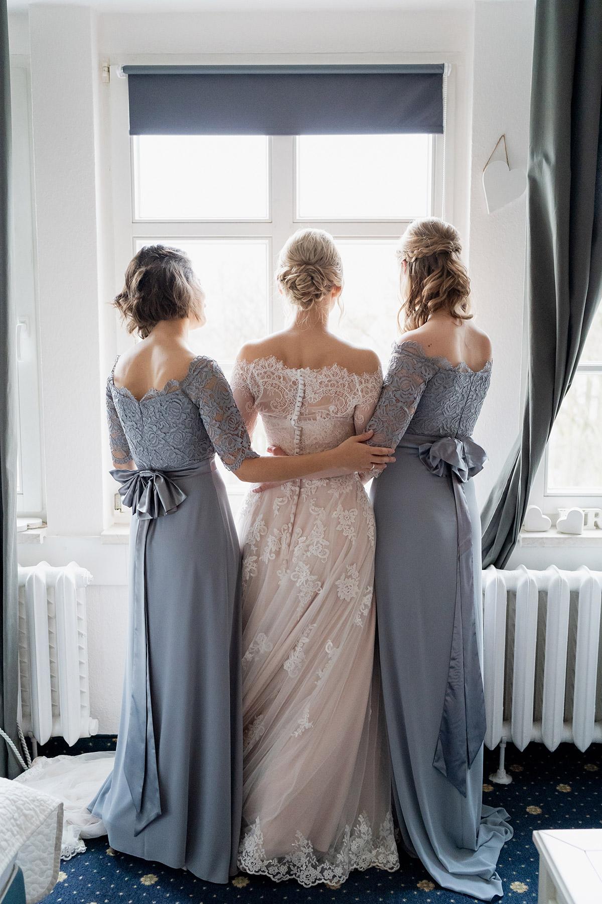 Idee Gruppenfoto Hochzeit im Winter blaues Outfit Bridesmaids- Winterhochzeit Hochzeitsfotograf Brandenburg © www.hochzeitslicht.de