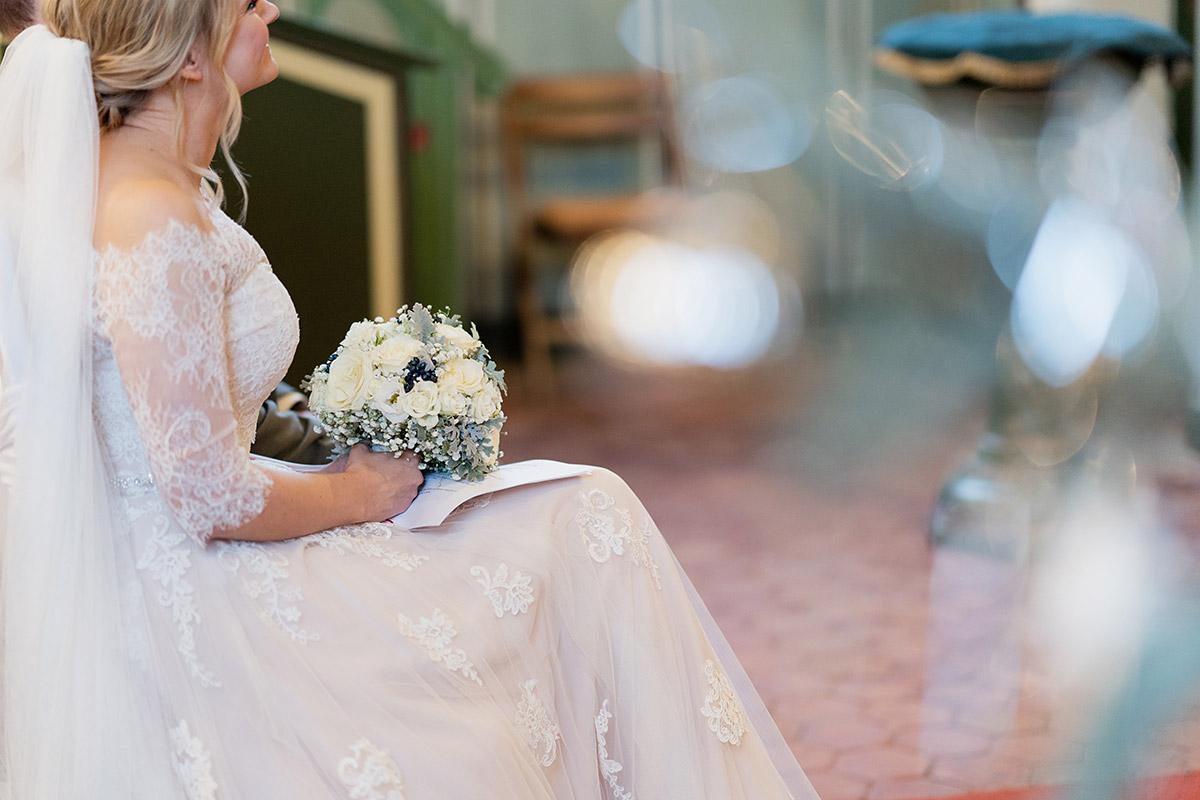 Heiraten im Winter Brautkleid mit Spitze- Winterhochzeit Hochzeitsfotograf Brandenburg © www.hochzeitslicht.de