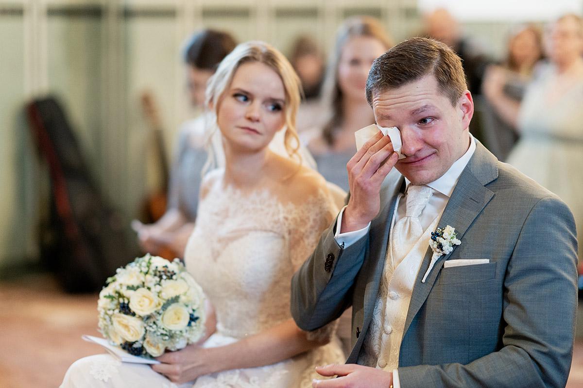 weinender Bräutigam emotionale Hochzeitsreportage - Winterhochzeit Hochzeitsfotograf Brandenburg © www.hochzeitslicht.de