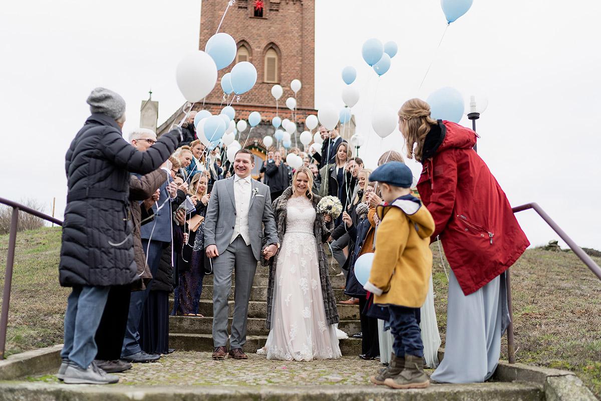 Hochzeitsfeier im Winter mit blauen Ballons zur Deko Was anziehen als Gast - Winterhochzeit Hochzeitsfotograf Brandenburg © www.hochzeitslicht.de