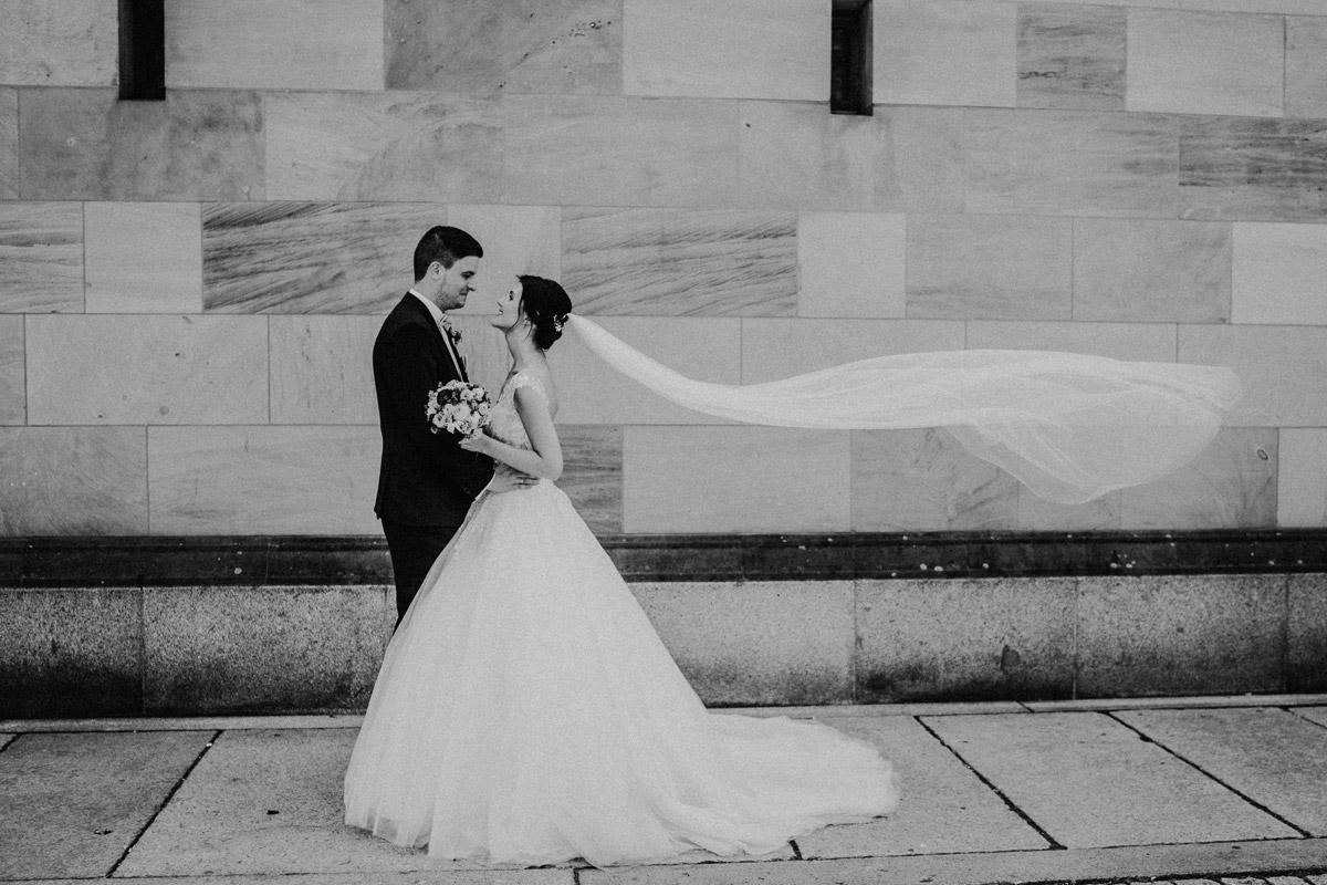 Idee Hochzeitsfoto langer Schleier - Hochzeit im Hotel de Rome von Hochzeitsfotograf Berlin © www.hochzeitslicht.de #hochzeitslicht