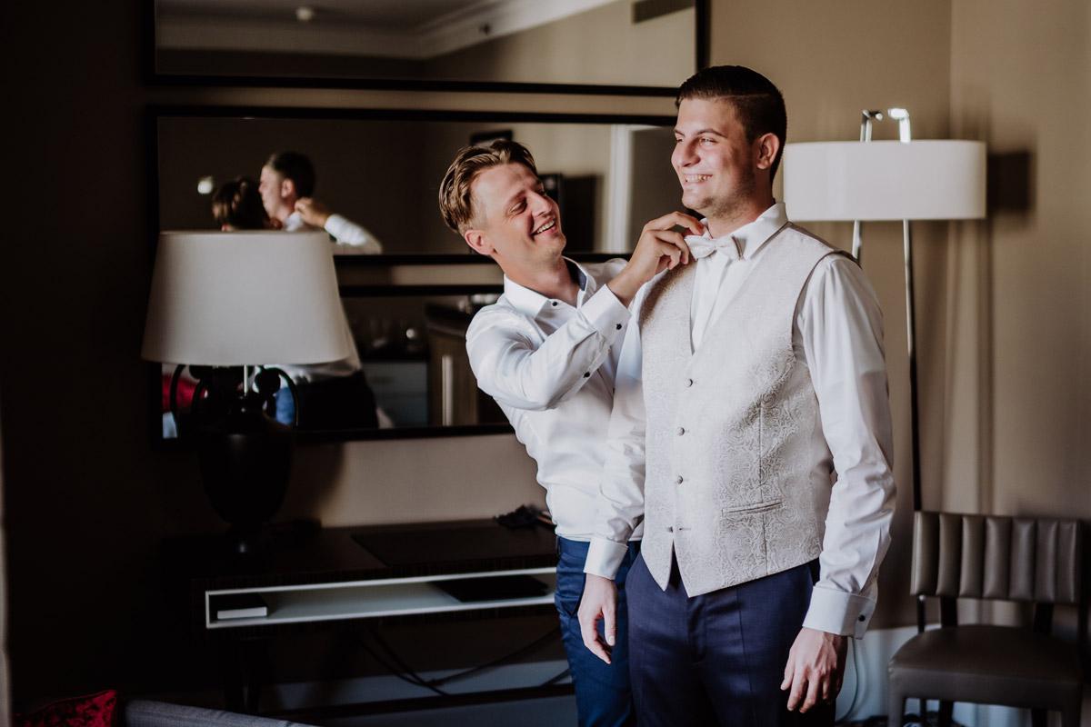 Idee Hochzeitsbild Bräutigam mit Trauzeuge - Hochzeit im Hotel de Rome von Hochzeitsfotograf Berlin © www.hochzeitslicht.de #hochzeitslicht