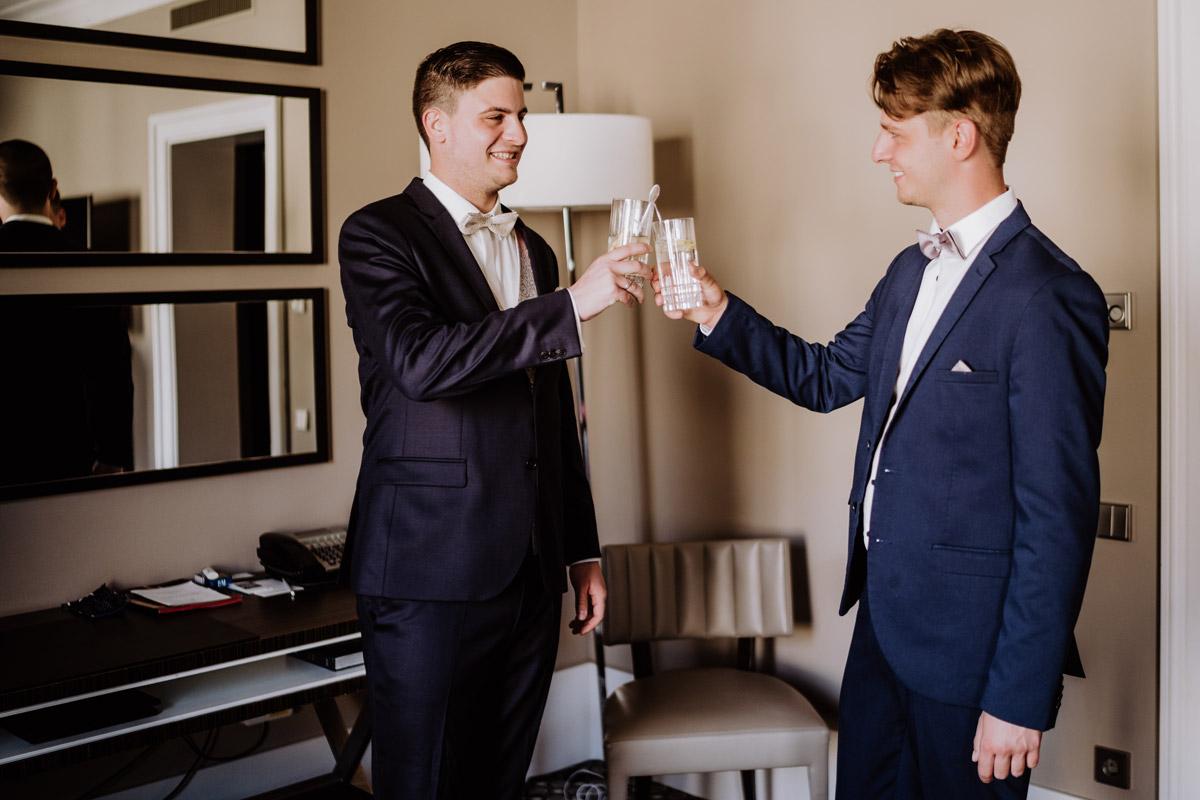 Hochzeitsfoto Idee Bräutigam mit Trauzeuge vor Trauung - Hochzeit im Hotel de Rome von Hochzeitsfotograf Berlin © www.hochzeitslicht.de #hochzeitslicht