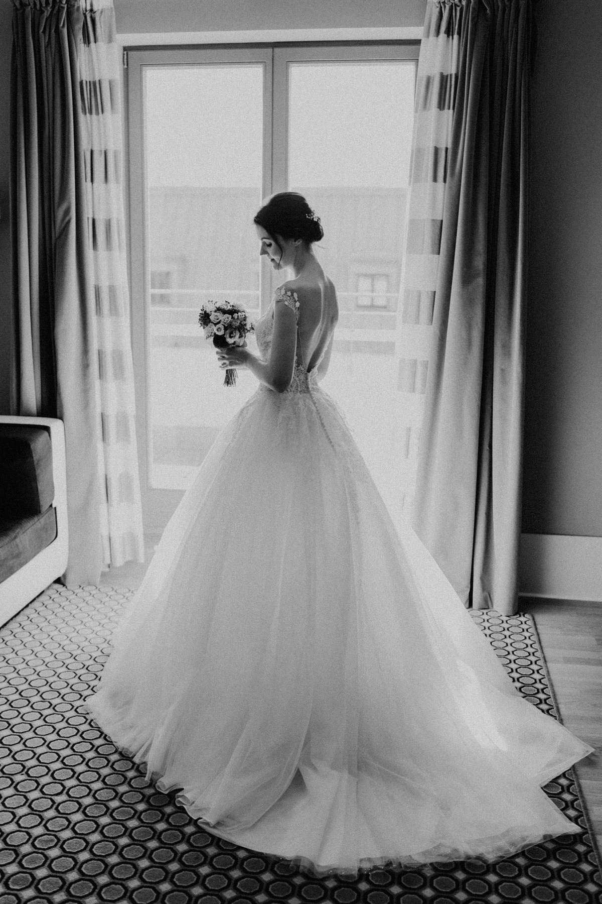 Braut Shooting am Fenster Hochzeitskleid Prinzessin #Brautkleid vintage mit Tüllrock, wedding dress real bride #Hochzeitsshooting im Hotel de Rome Berlin von Hochzeitsfotograf © www.hochzeitslicht.de #hochzeitslicht