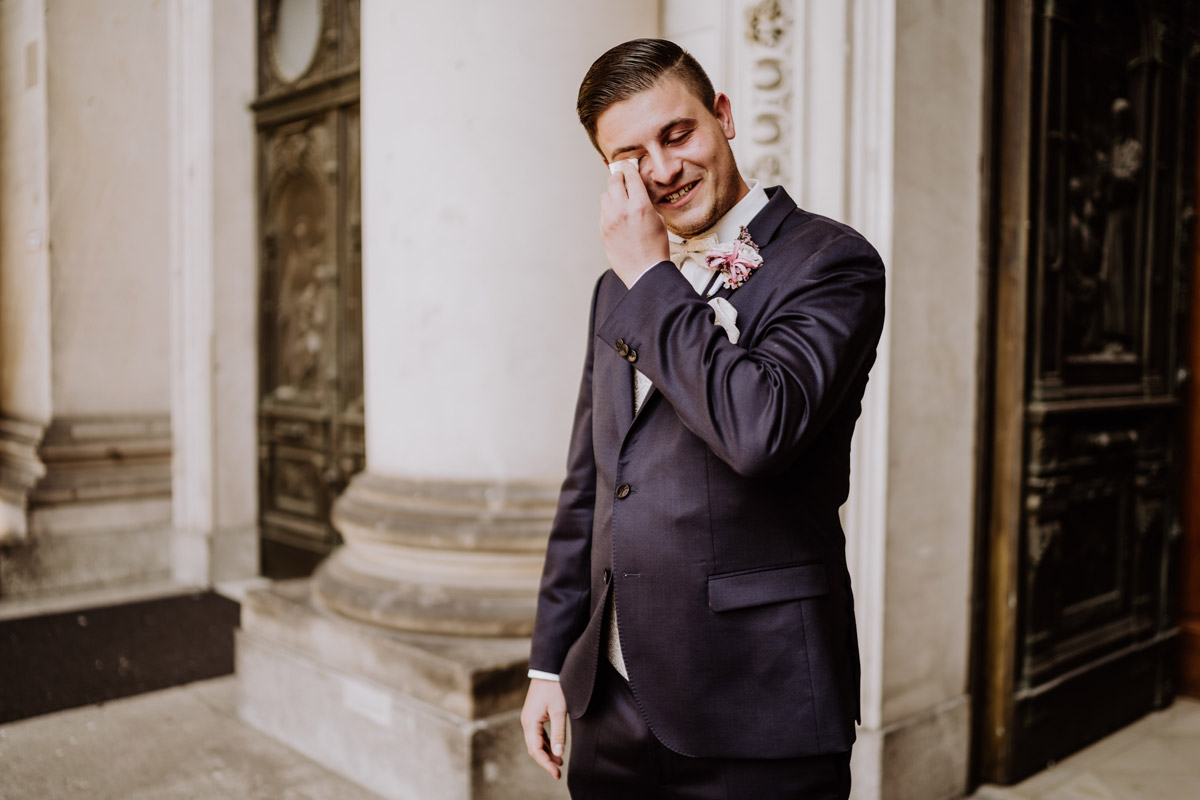 emotionales Hochzeitsfoto wartender Bräutigam Freudentränen - Hochzeit im Hotel de Rome von Hochzeitsfotograf Berlin © www.hochzeitslicht.de #hochzeitslicht