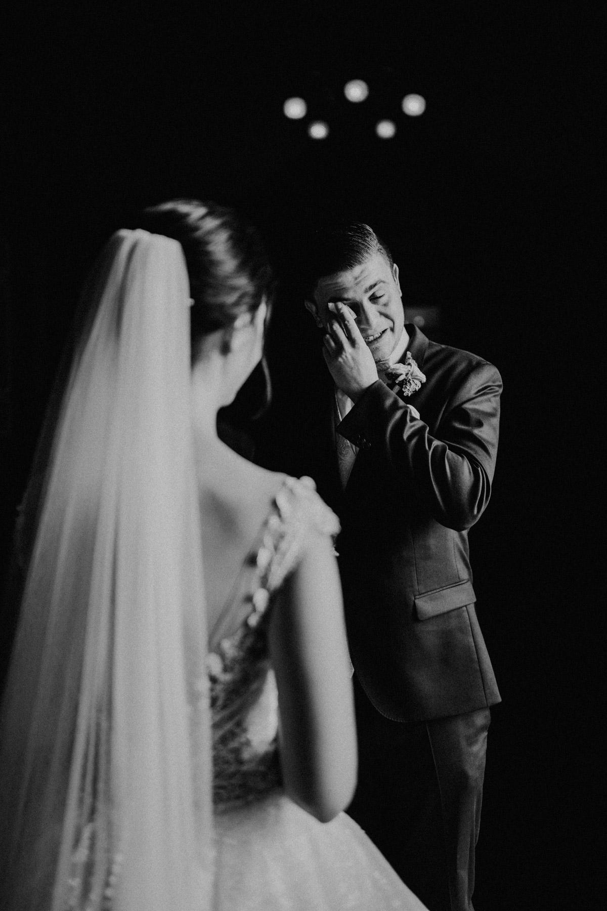 Bräutigam weint bei First Look an Kirche Berliner Dom; Bräutigamanzug Blau mit Weste und Fliege; Hochzeitsfotograf Berlin © www.hochzeitslicht.de #hochzeitslicht #Hochzeitsfoto emotionaler #Hochzeitsmoment