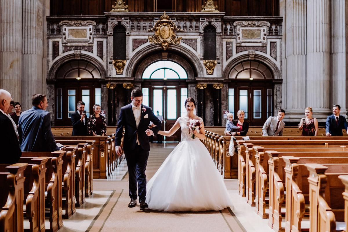 Hochzeitsfoto Einzug Braut und Bräutigam zusammen Kirche Berliner Dom - Hochzeit im Hotel de Rome von Hochzeitsfotograf Berlin © www.hochzeitslicht.de #hochzeitslicht