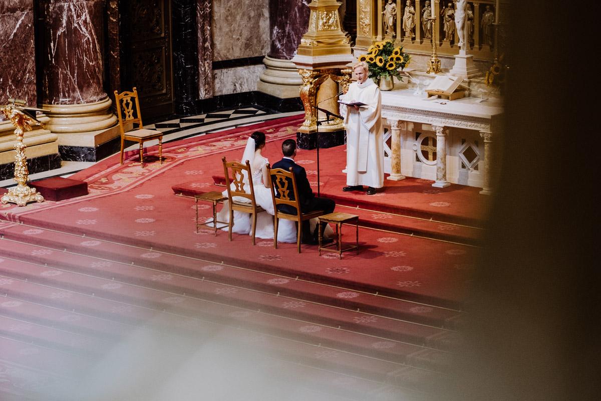 Idee Hochzeitsfoto Brautpaar Trauung Kirche Berliner Dom - Hochzeit im Hotel de Rome von Hochzeitsfotograf Berlin © www.hochzeitslicht.de #hochzeitslicht