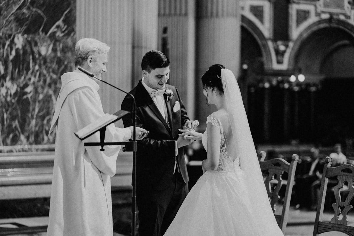 Hochzeitsfotografie Ring Tausch Kirche Berliner Dom - Hochzeit im Hotel de Rome von Hochzeitsfotograf Berlin © www.hochzeitslicht.de #hochzeitslicht