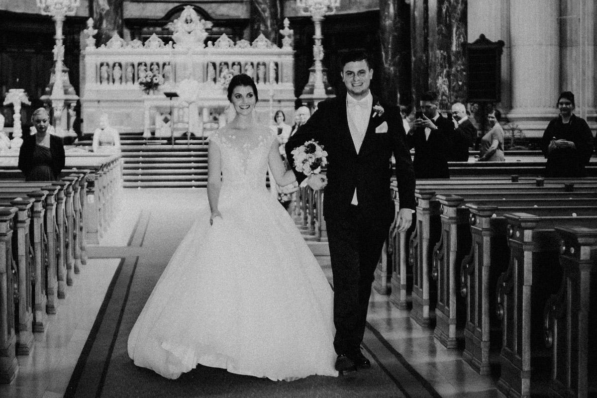 Auszug Brautpaar Corona Hochzeit Berlin - Hochzeit im Hotel de Rome von Hochzeitsfotograf Berlin © www.hochzeitslicht.de #hochzeitslicht