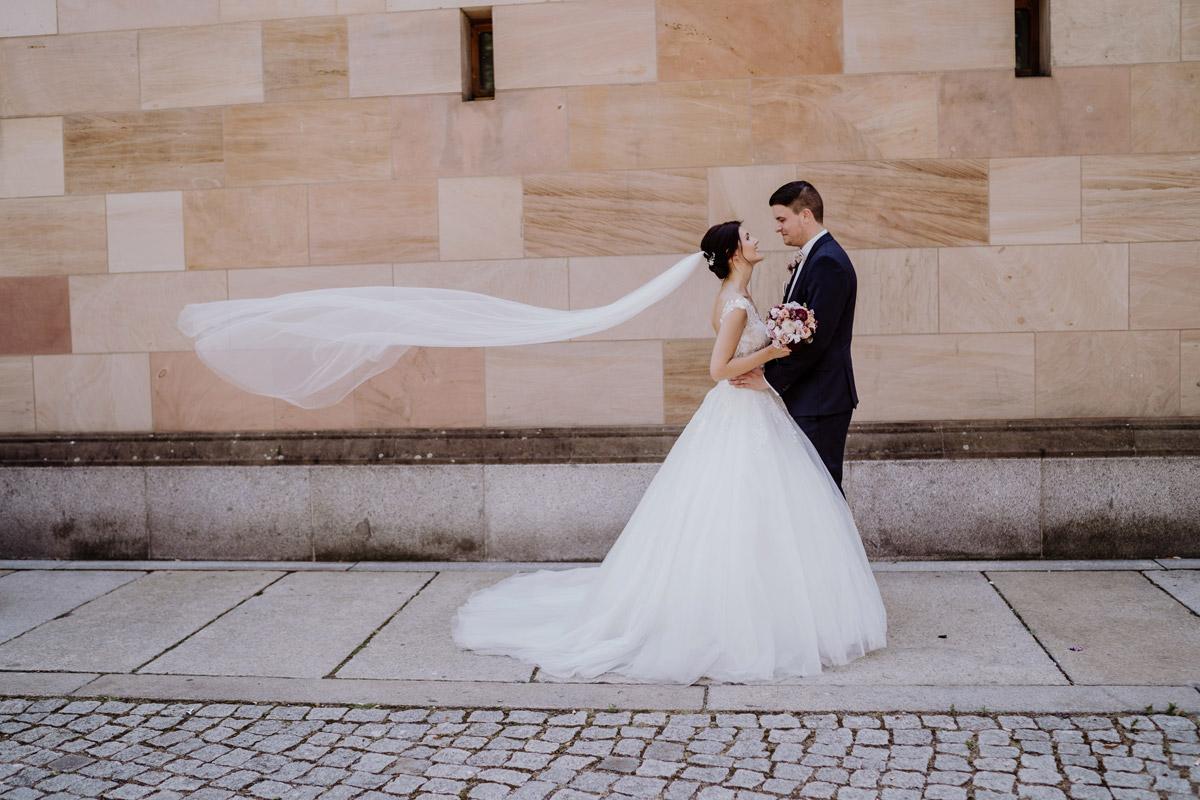 Bildidee Hochzeit fliegender Schleier - Hochzeit im Hotel de Rome von Hochzeitsfotograf Berlin © www.hochzeitslicht.de #hochzeitslicht