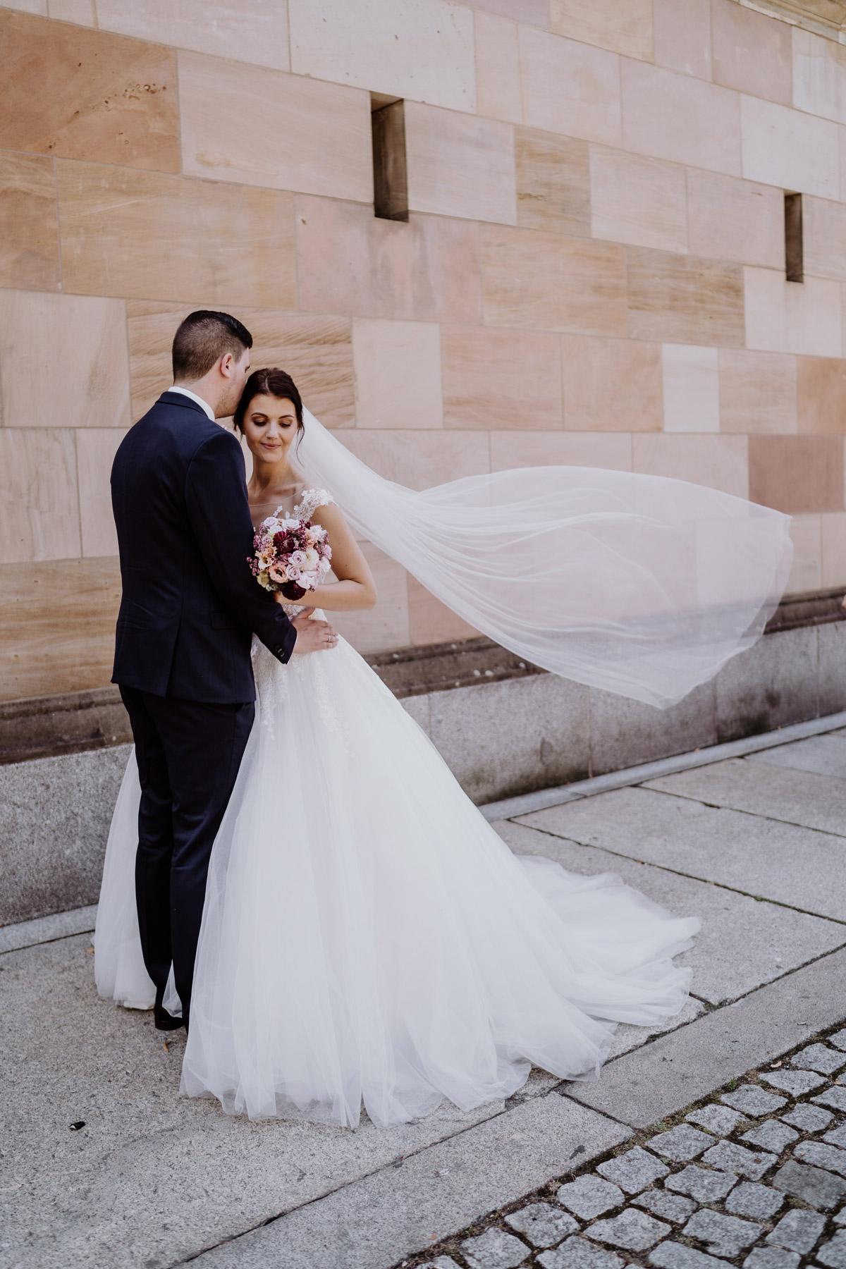 Hochzeitsshooting nach Kirche Brautpaarfotos Braut mit Schleier Hochzeitsfotografie Berlin © www.hochzeitslicht.de #hochzeitslicht #Hochzeitsfoto #Hochzeitsbild #Brautpaar