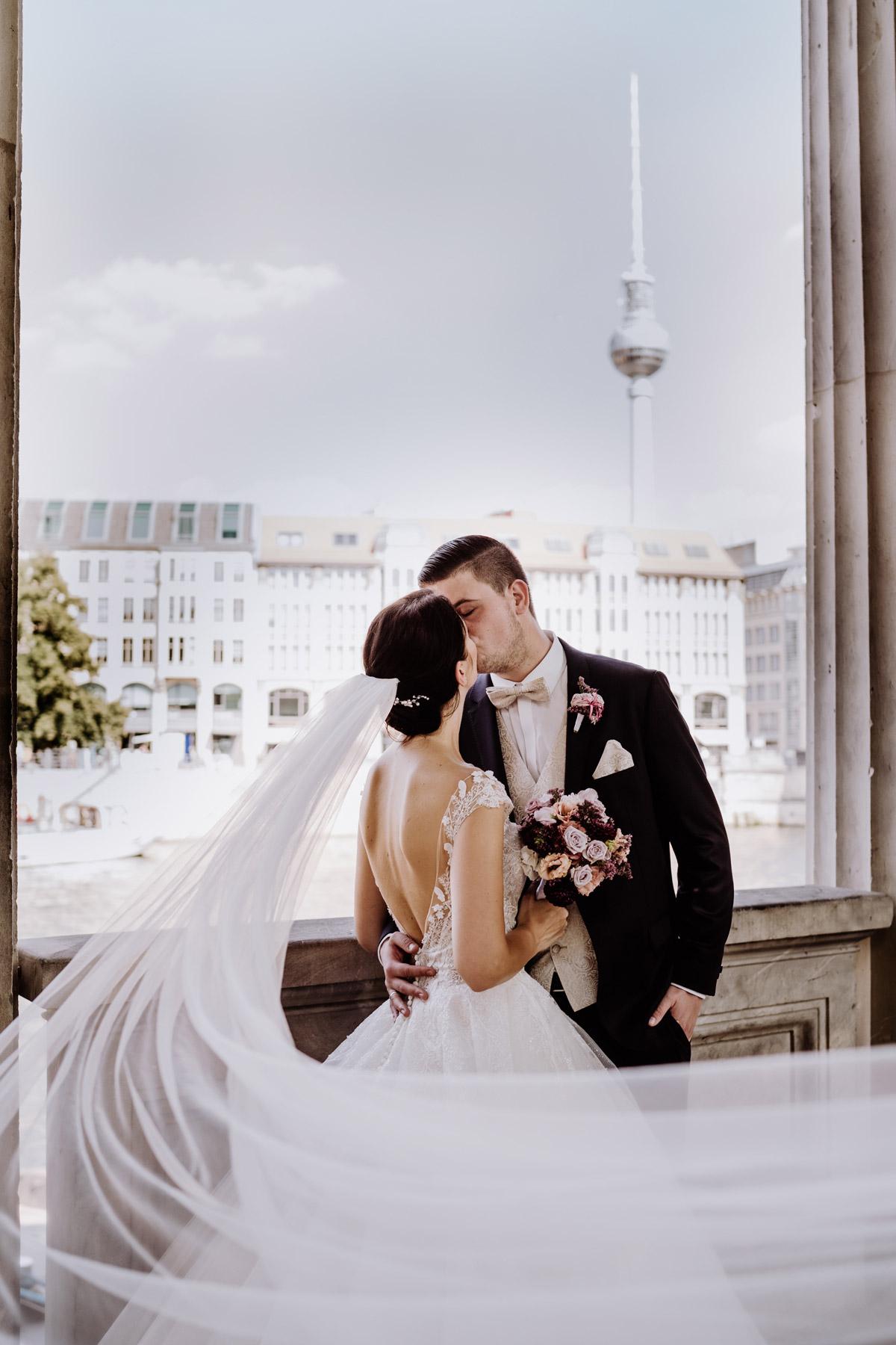 Hochzeitspaar vor Fernsehturm Brautpaarshooting Idee nach Kirche von Hochzeitsfotografin Berlin © www.hochzeitslicht.de #hochzeitslicht #Hochzeitsfotos #Hochzeitspaar