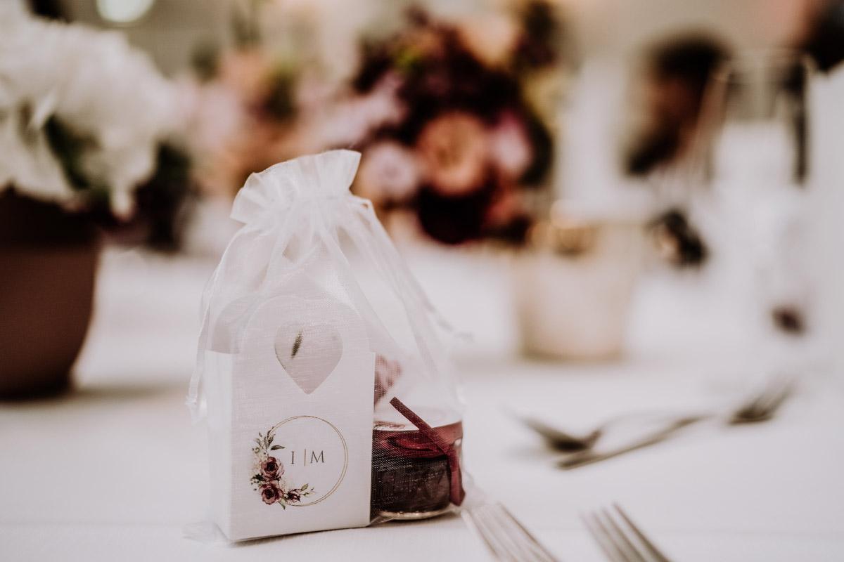 Idee Gastgeschenk vintage Hochzeit - Hochzeit im Hotel de Rome von Hochzeitsfotograf Berlin © www.hochzeitslicht.de #hochzeitslicht