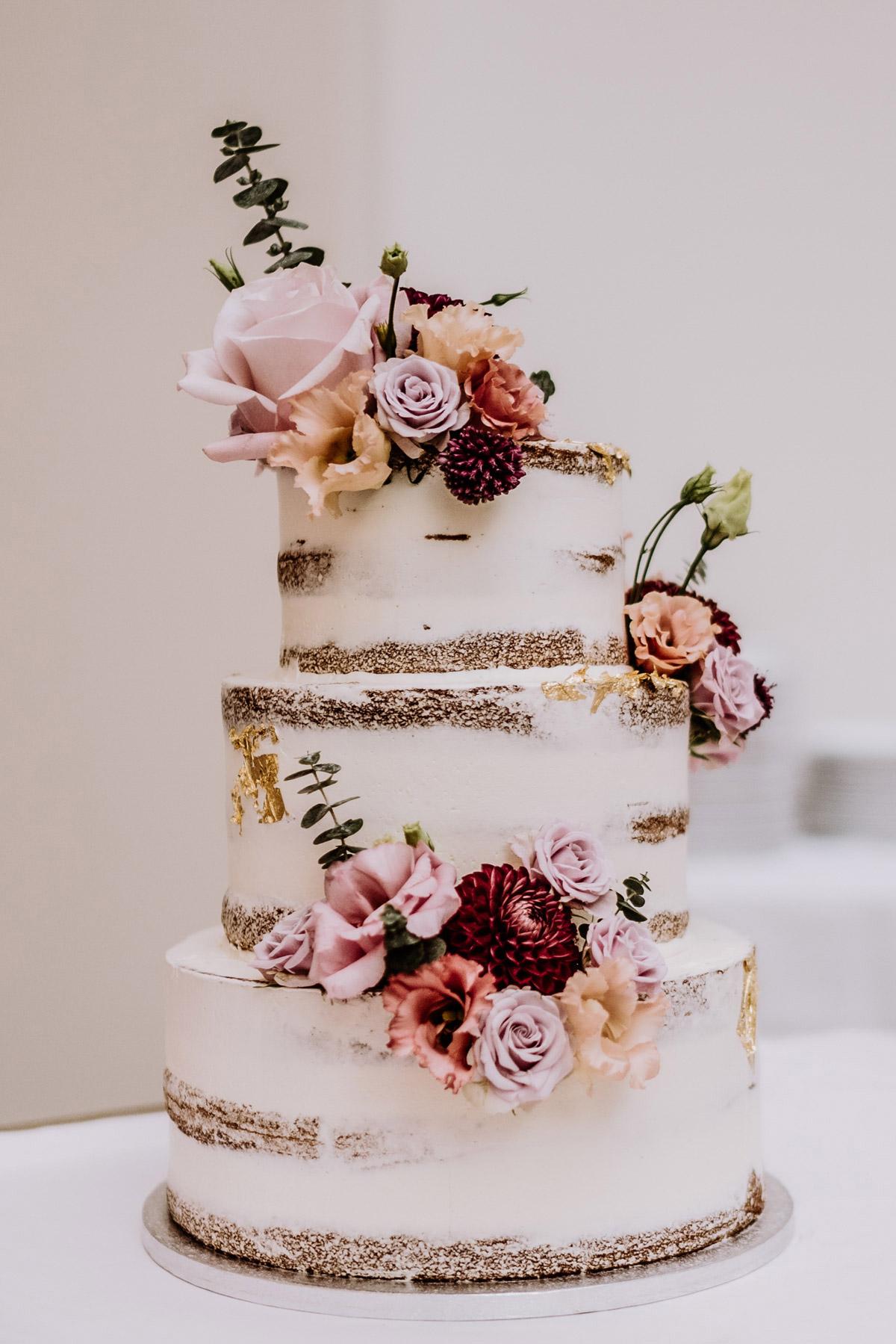 Nakedcake Hochzeit Blumen mit Gold dreistöckig Hochzeitsblumen in Lila, Rosa, Orange, Apricot #Hochzeit Berlin © www.hochzeitslicht.de #hochzeitslicht #Weddingcake #Nakedcake