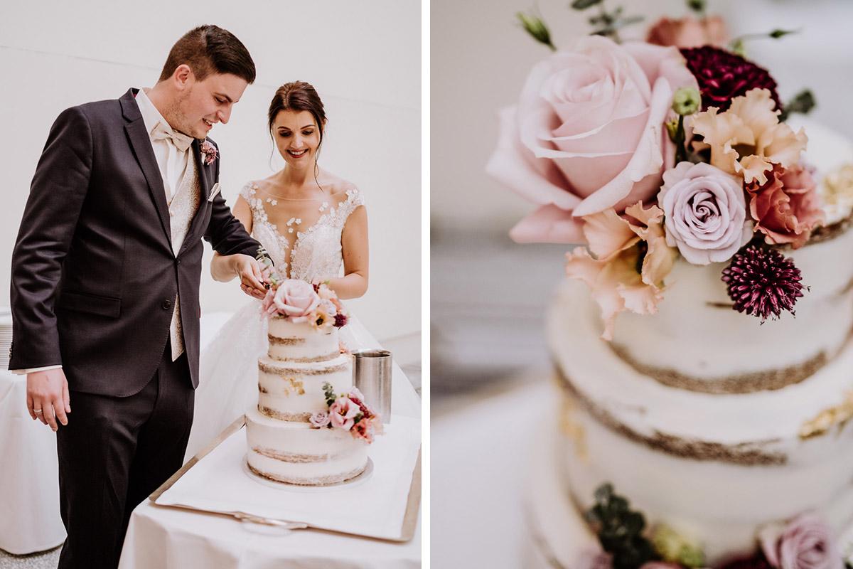Hochzeitsfoto Anschneiden Hochzeitstorte vintage - Hochzeit im Hotel de Rome von Hochzeitsfotograf Berlin © www.hochzeitslicht.de #hochzeitslicht