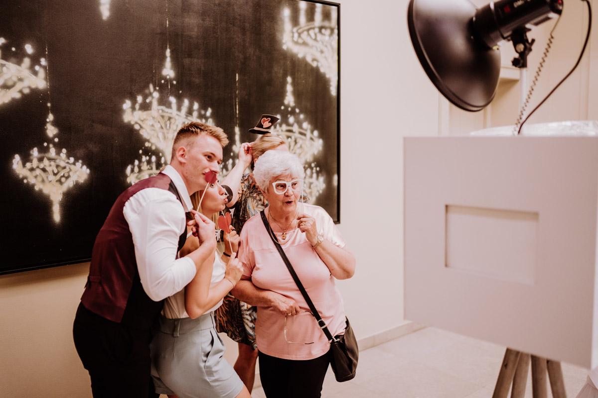 Idee Unterhaltung Gäste Hochzeit Photobooth - Hochzeit im Hotel de Rome von Hochzeitsfotograf Berlin © www.hochzeitslicht.de #hochzeitslicht