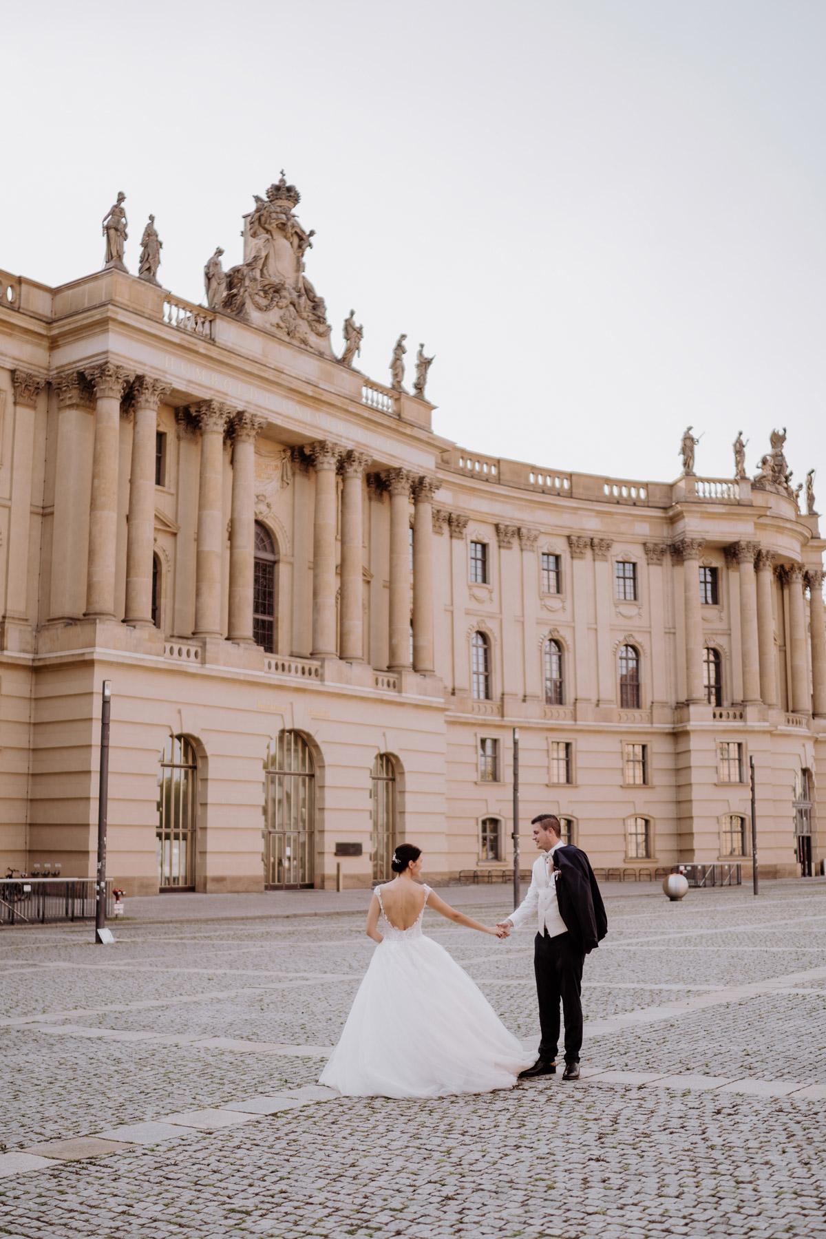 Hochzeit Berlin Brautpaarshooting Idee in Stadt Hochzeitspaar tanzt vor Location Hotel de Rome von Hochzeitsfotograf © www.hochzeitslicht.de #hochzeitslicht #Brautpaarbilder #urban #Hochzeitsshooting