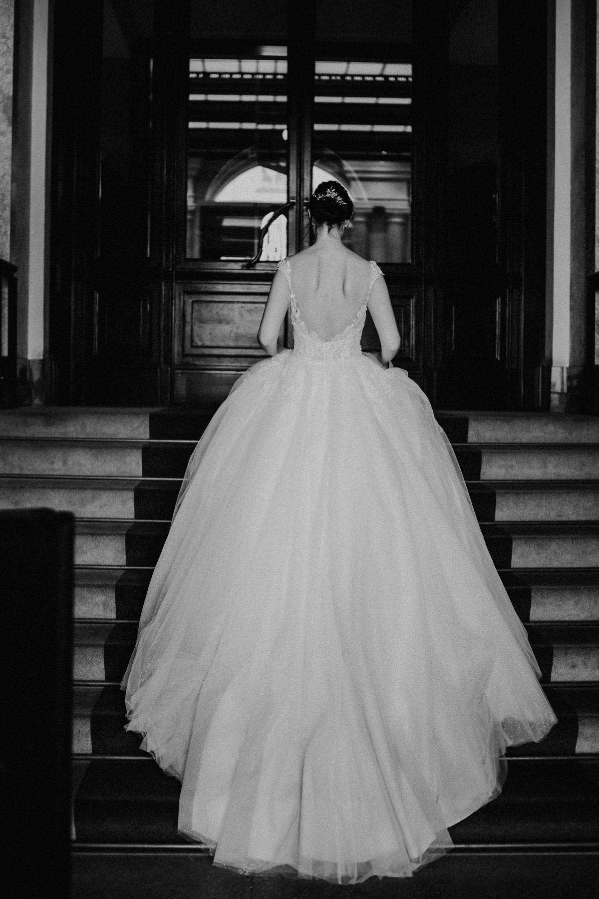 Hochzeitskleid Brautkleid im Prinzessinnen-Look vintage Braut von hinten auf Treppe #Brautfoto © www.hochzeitslicht.de #hochzeitslicht #weddingdress #realbride #echtebraut