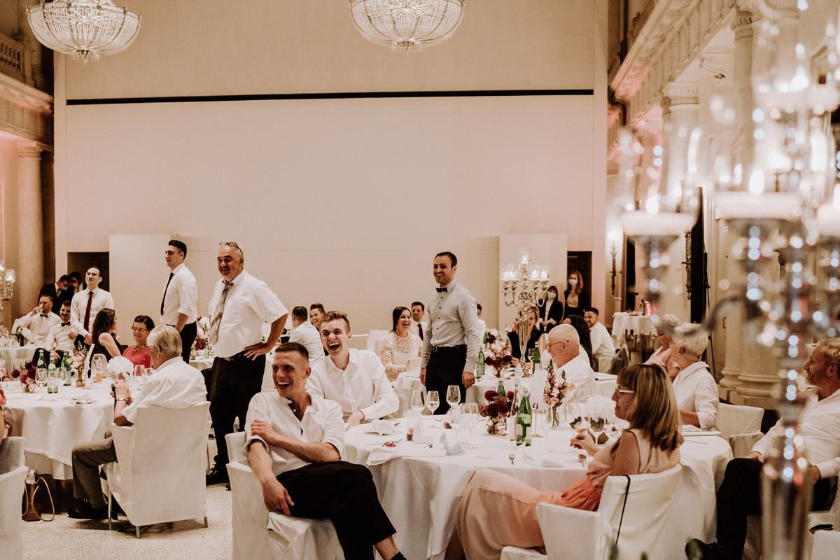 Unterhaltung Gäste Hochzeitsfeier Berlin - Hochzeit im Hotel de Rome von Hochzeitsfotograf Berlin © www.hochzeitslicht.de #hochzeitslicht