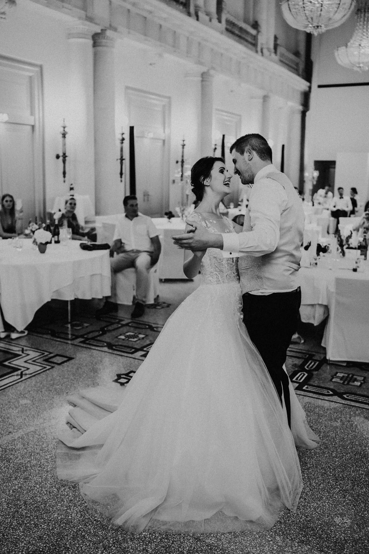 Hochzeitstanz Hochzeitsbild Idee nach Kirche zur Feier #Hochzeitsfotos Hotel de Rome Berlin © www.hochzeitslicht.de #hochzeitslicht #Hochzeitsreportage