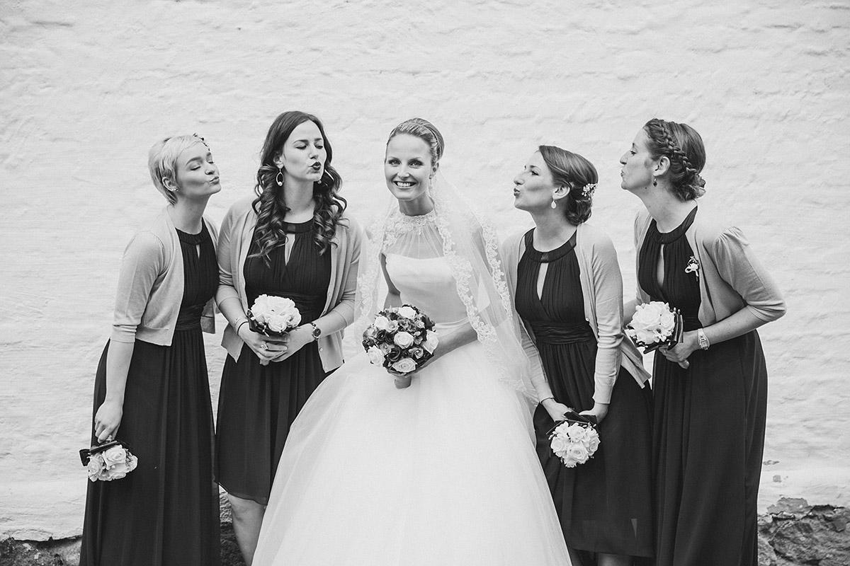 Idee lustiges Gruppenfoto Braut mit Bridesmaids - Schloss Diedersdorf Hochzeitsfotograf © www.hochzeitslicht.de