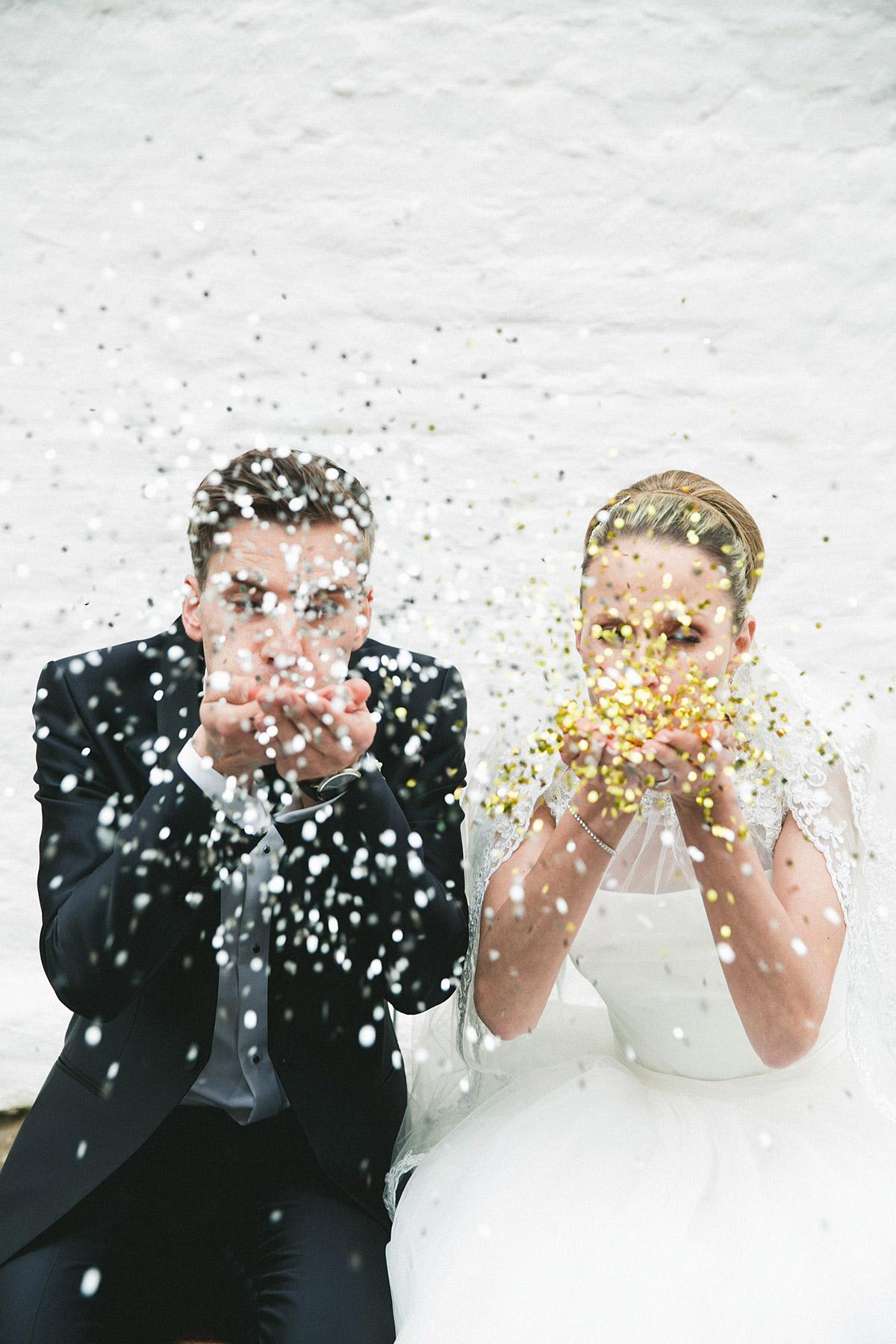 Idee Hochzeitsfotografie Brautpaar mit Konfetti - Schloss Diedersdorf Hochzeitsfotograf © www.hochzeitslicht.de