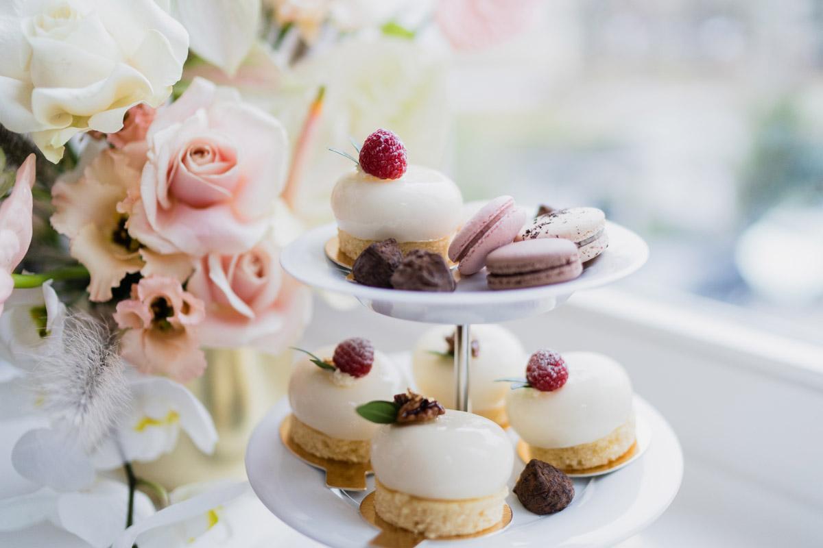 Candybar Hochzeit Petit Fours und Macarons - Moderne Hochzeitsfotografie Berlin © www.hochzeitslicht.de