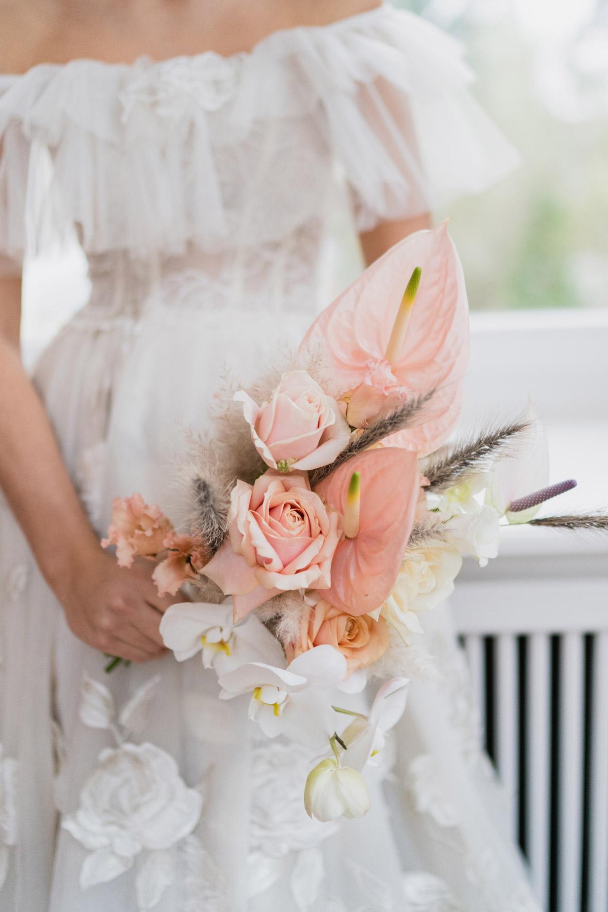 moderne Hochzeitsfotografie Brautkleid schulterfrei mit Spitze und asymmetrischer Brautstrauß Flamingoblumen, Rosen und Orchideen - Moderne Hochzeitsfotografie Berlin © www.hochzeitslicht.de