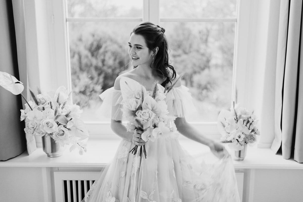 Brautkleid Prinzessin schulterfrei mit Tüll und Spitze von Galia Lahav - Moderne Hochzeitsfotografie Berlin © www.hochzeitslicht.de
