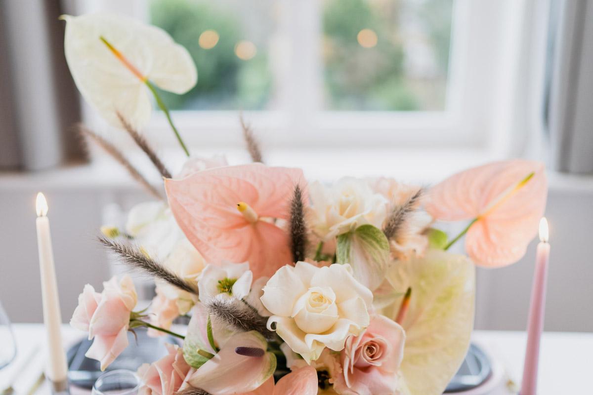 moderne Hochzeitsblumen in Pastelltönen Flamingoblume Anthurie, Rosen und Orchideen - Moderne Hochzeitsfotografie Berlin © www.hochzeitslicht.de