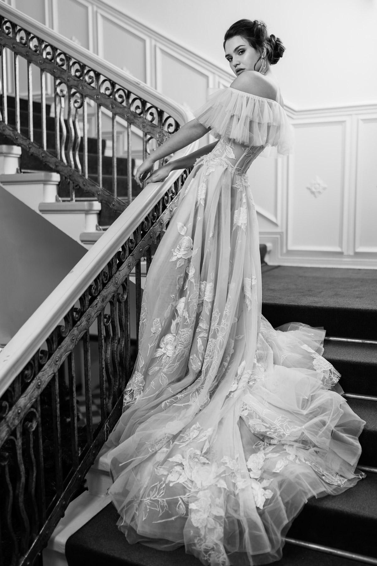 Hochzeitsidee Brautpose im vintage Brautkleid Prinzessinneb-Look mit langer Schleppe, Tüll und Spitze, schulterfrei - fotografiert mit mobiler Studioblitzanlage von Hochzeitsfotografin aus Berlin für Bridal Fashion Inspiration
