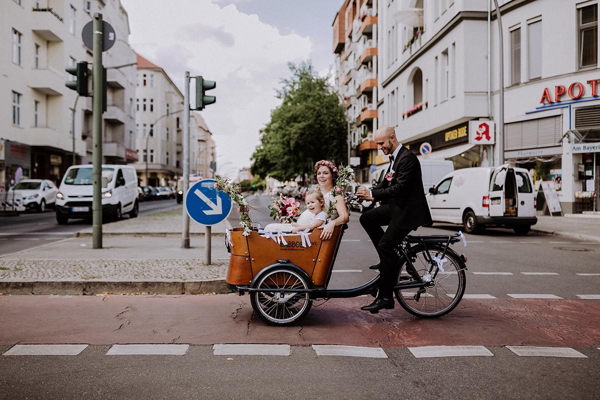 Idee Hochzeit Standesamt mit Kind, Fahrrad für urbane Berlin-Hochzeit im Sommer, Hochzeitsoutfit Bräutigam schwarz - Hochzeitsfotograf Standesamt Rathaus Schöneberg © www.hochzeitslicht.de