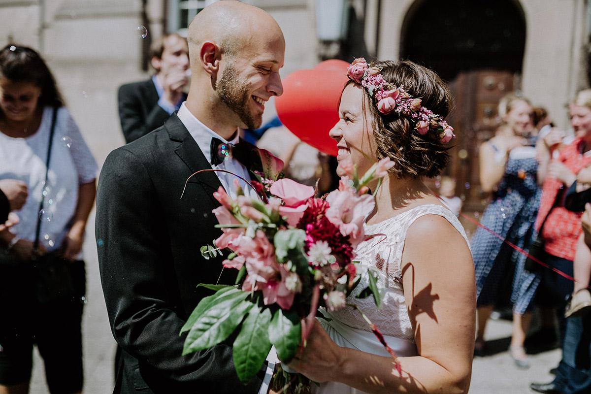 Hochzeitsfoto ungestellt Braut und Bräutigam nach Trauung Standesamt - Hochzeitsfotograf Standesamt Rathaus Schöneberg © www.hochzeitslicht.de