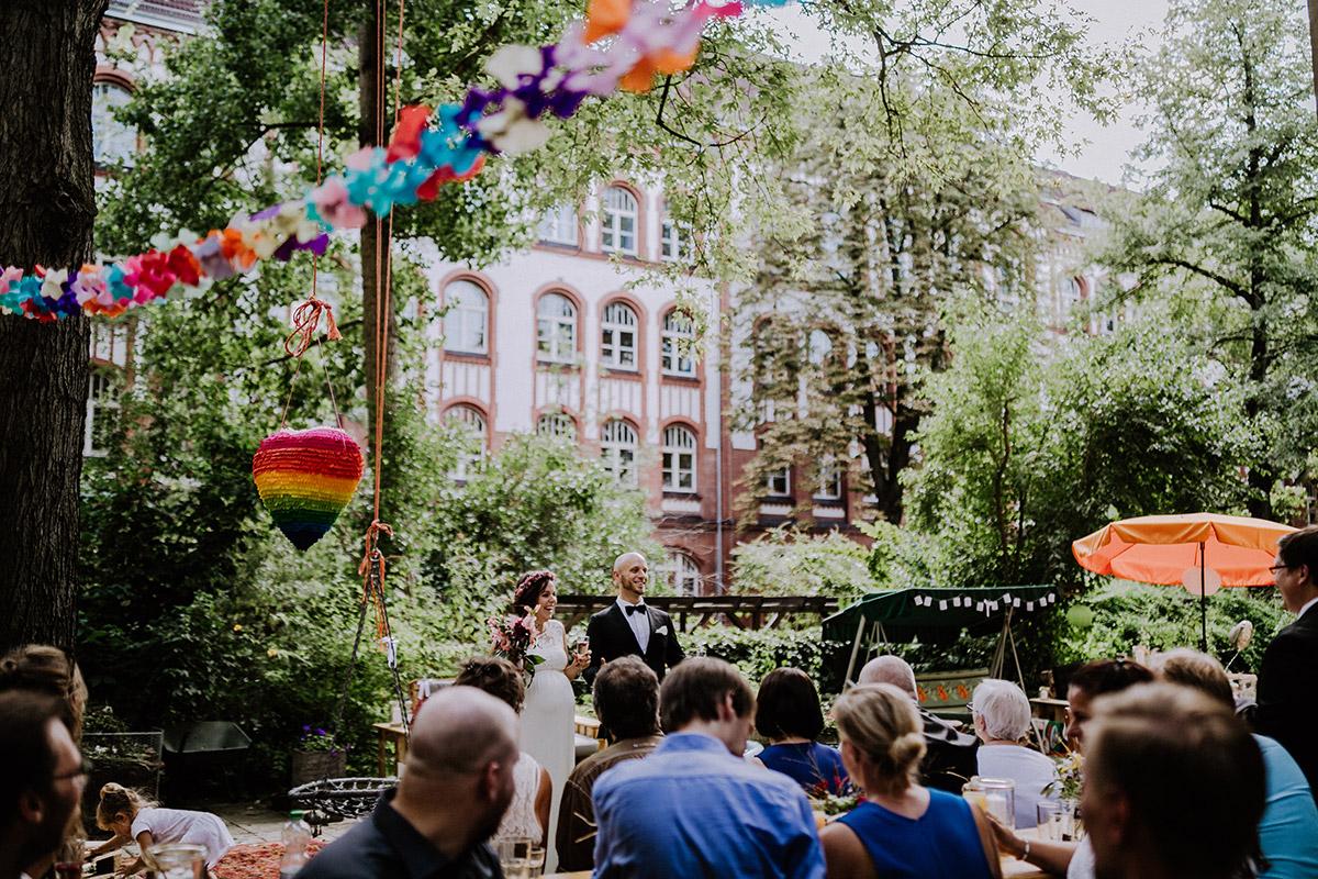 Idee DIY Hochzeit Garten im Hinterhof mit Herz Pinata und Papiergirlanden - Hochzeitsfotograf Standesamt Rathaus Schöneberg © www.hochzeitslicht.de