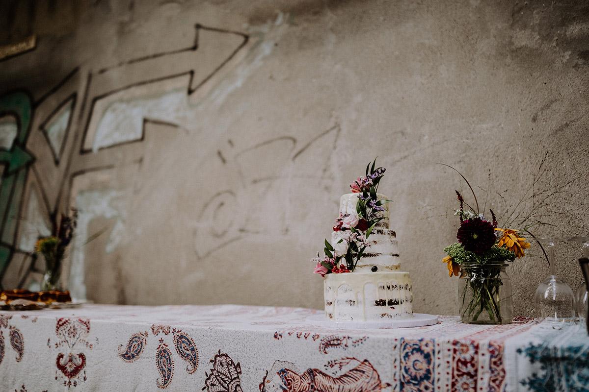 Inspiration urbane DIY Gartenhochzeit im Hinterhof zum Standesamt mit dreistöckiger weißer Hochzeitstorte ohne Fondant mit Blumen - Hochzeitsfotograf Standesamt Rathaus Schöneberg © www.hochzeitslicht.de