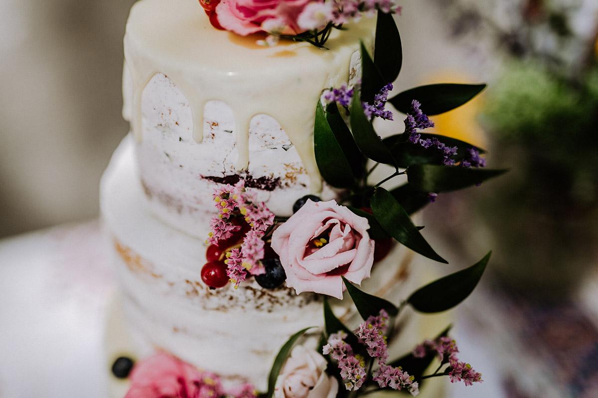 Idee Hochzeitstorte weiß mit echten Blumen und ohne Fondant naked cake für Sommerhochzeit im Garten - Hochzeitsfotograf Standesamt Rathaus Schöneberg © www.hochzeitslicht.de