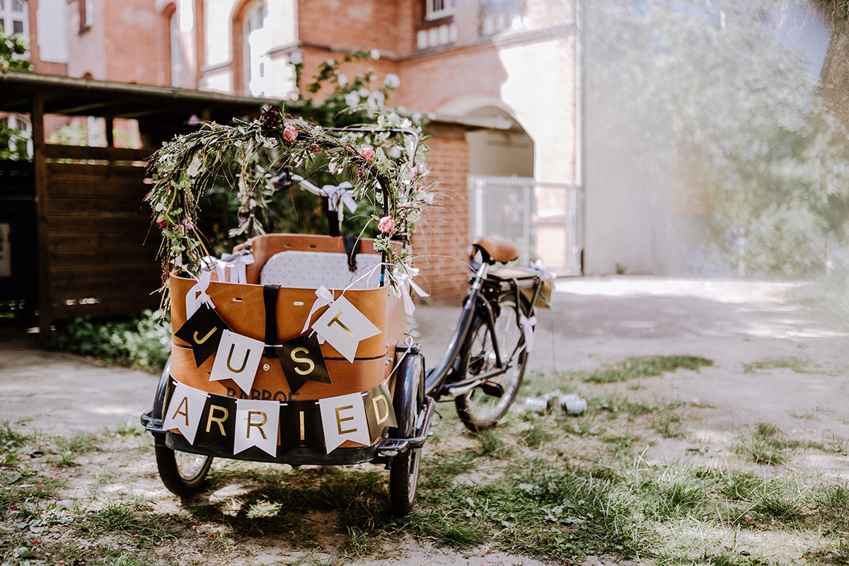 Hochzeitsfoto Fahrrad Standesamt Hochzeit Sommerhochzeit Berlin - Hochzeitsfotograf Standesamt Rathaus Schöneberg © www.hochzeitslicht.de