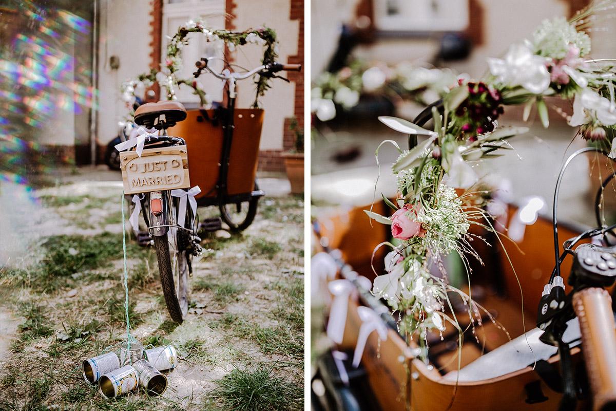 Idee Deko Lastenfahrrad zur Standesamt Hochzeit mit Hochzeitsblumen aus rosa und weißen Pfingstrosen - Hochzeitsfotograf Standesamt Rathaus Schöneberg © www.hochzeitslicht.de