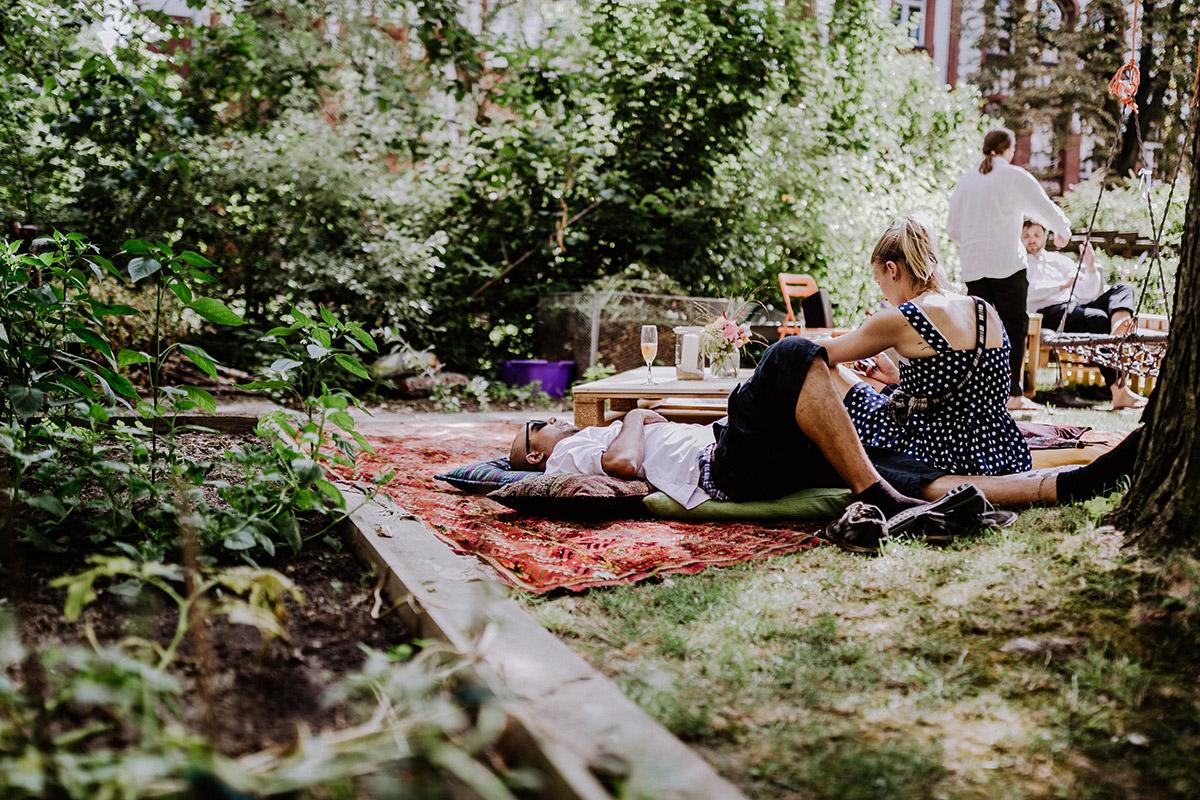 boho Gartenhochzeit entspannt im Sommer nach Standesamt - Hochzeitsfotograf Standesamt Rathaus Schöneberg © www.hochzeitslicht.de